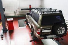SUV sull'esame preveduto al servizio automatico Fotografie Stock Libere da Diritti