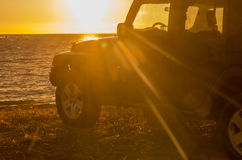 SUV sulla costa immagini stock