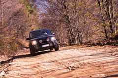 SUV sulla strada rocciosa Fotografia Stock Libera da Diritti