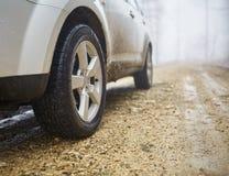 SUV tous terrains un jour brumeux Photographie stock libre de droits