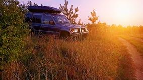 Suv in un tramonto del campo fotografie stock