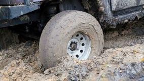 SUV 4WD bil som klibbas i lerig av-väg lager videofilmer