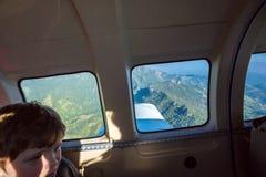 Suva, Fidschi Flugzeugverkehr in Fidschi, Melanesien, Ozeanien Ansicht der grünen üppigen Vegetation auf Smaragdbergen und Tälern lizenzfreie stockbilder