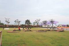 Suvarnabhumi flygplats, Samut Prakan, Thailand-februari 17, 2019: Jämviktscykelspår för ungeprovritt arkivfoto