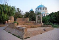 Suvorov skans mot St.en Nicholas Cathedral i Yevpatoriy royaltyfria foton
