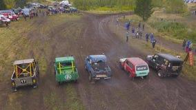 SUVs jest w rzędzie w naturze klamerka Odgórny widok SUVs przy początkiem brudne rasy Krańcowy Motorsport SUVs obrazy stock