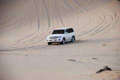 SUW blanco 4x4 de Luxurous en safari del desierto en el exreme de las dunas que compite con en la reunión en la arena en vehículo Fotos de archivo libres de regalías