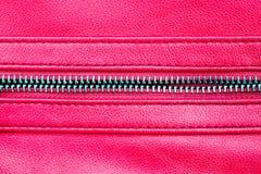 Suwaczek otwarty między dwa warstwami różowa tkaniny tkanina i menchii skóra z widocznym szwem pod wysokim powiekszania zakończen zdjęcie stock