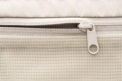 Suwaczka przepięcie w bielu bawi się plecaka fotografia stock