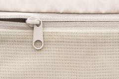 Suwaczka przepięcie w bielu bawi się plecaka zdjęcia stock