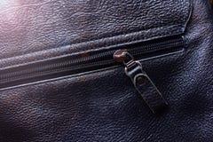 Suwaczka tło Unzipped czarna rzemienna torba obrazy stock