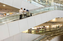 Suwannaphum现代设计自动扶梯在机场 库存照片