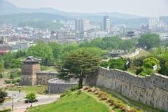 SUWON KOREA - MAJ 02, 2014: Suwon Hwaseong och Suwon stad Arkivfoto