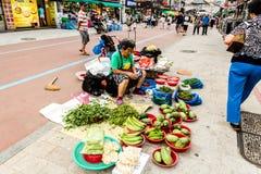 Suwon, Südkorea - 25. Juni 2017: Verkäuferfrau, die Gemüse und Früchte im Straßenmarkt am Stadtzentrum in Suwon verkauft lizenzfreie stockbilder