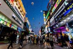 Suwon Sydkorea - Juni 14, 2017: Folk som promenerar den huvudsakliga gatan i Suwon på natten Koreanskt uteliv royaltyfri bild