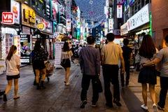 Suwon Sydkorea - Juni 14, 2017: Folk som promenerar den huvudsakliga gatan i Suwon på natten Koreanskt uteliv arkivfoto