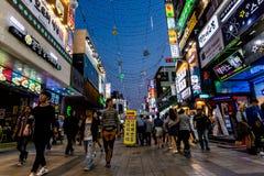 Suwon Sydkorea - Juni 14, 2017: Folk som promenerar den huvudsakliga gatan i Suwon p? natten Koreanskt uteliv arkivbild