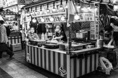 Suwon, Zuid-Korea - Juni 14, 2017: Het wachten van de verkopersvrouw van kopers in haar snel voedselkiosk bij hoofdstraat in Suwo stock afbeeldingen