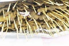 Suya nigérien de pepperbeef sur des enjeux à la partie image stock