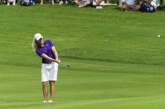 Suzann Pettersen szczerbi się piłkę golfową Zdjęcia Royalty Free