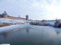 Suzdal Cremlin Ansicht von gefrorenem Fluss Lizenzfreie Stockfotos