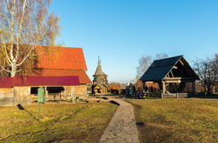 Suzdal, Rússia - 6 de novembro de 2015 Arquitetura de madeira do museu no anel dourado do turista Fotos de Stock Royalty Free
