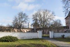Suzdal, Rússia -06 11 2015 Estacione no território do monastério do St Euthymius em Suzdal Anel dourado do curso de Rússia Imagem de Stock Royalty Free