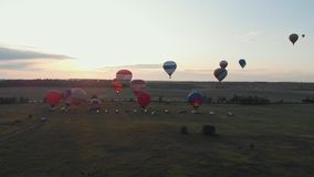 18-07-2019 Suzdal, Rússia: os balões de ar coloridos diferentes estão decolando sobre o campo - por do sol do começo filme