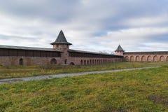 Suzdal, Rússia -06 11 2015 Parede do monastério do St Euthymius, fundada em 1350 Anel dourado no curso Imagens de Stock Royalty Free