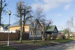 Suzdal, Rússia -06 11 2015 Rua velha Pokrovskaya Anel dourado do curso de Rússia Imagens de Stock Royalty Free