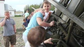 Suzdal, Rusia - 8 de mayo de 2019: los muchachos suben el arma de la artillería, las manijas de la vuelta y la rueda metrajes