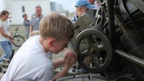 SUZDAL, RUSIA - 8 de mayo de 2019: los niños pequeños dan vuelta a la rueda en el arma de la artillería, primer almacen de video
