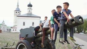 SUZDAL, RUSIA - 8 de mayo de 2019: niños pequeños en el barril de risa del arma de la artillería almacen de video