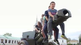 SUZDAL, RUSIA - 8 de mayo de 2019: niños pequeños en el barril de risa del arma de la artillería almacen de metraje de vídeo