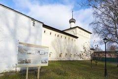 Suzdal, Rusia -06 11 2015 St Nicholas Church con las salas de hospital en el monasterio del St Euthymius en Suzdal Fotos de archivo libres de regalías