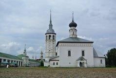 Suzdal, Rusland De Verrijzeniskerk - oude kerk op hoofdvierkant naast de het winkelen arcade Gebouwd in 1720 royalty-vrije stock fotografie