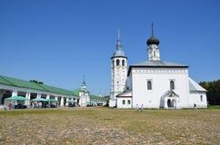 Suzdal, Rusland, 02 Juli, 2012 Mensen die dichtbij Verrijzenis (Voskresensky) lopen kathedraal in Suzdal Stock Foto