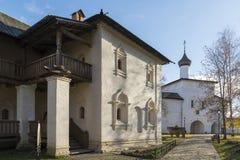 Suzdal', Russia -06 11 2015 Cellule monastiche e la chiesa del portone del territorio del monastero della st Euthymius in Suzdal' Fotografie Stock