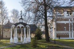 Suzdal', Russia -06 11 2015 Cellule monastiche e la chiesa del portone del territorio del monastero della st Euthymius in Suzdal' Immagini Stock Libere da Diritti