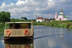 suzdal russia Kyrka av den Elijah Prophet Ivanova sorgen i Suzdal, i krökning av den Kamenka floden, mitt emot den Suzdal Kreml Fotografering för Bildbyråer