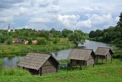 suzdal russia Ladugård på styltor, museet av träarkitektur och bonde`-liv guld- cirkel russia Fotografering för Bildbyråer