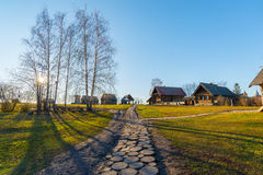 Suzdal, Russie - 6 novembre 2015 Architecture en bois de musée en anneau de touristes d'or Images libres de droits