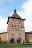 Suzdal, Russland -06 11 2015 Proezdnaya-Turm in Kloster St. Euthymius bei Suzdal wurde das 16. Jahrhundert errichtet Goldener Rin Stockfotografie