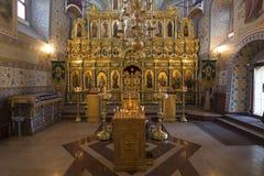 SUZDAL RYSSLAND - 06 11 2015 Iconostasisen i kyrkan av antagandet guld- cirkel Royaltyfri Bild