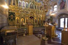 SUZDAL RYSSLAND - 06 11 2015 Iconostasisen i kyrkan av antagandet guld- cirkel Fotografering för Bildbyråer