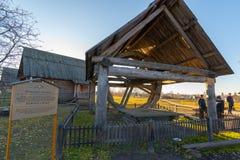 Suzdal Ryssland - November 06, 2015 Brunn- och hjulmuseumträarkitekturen Arkivfoton