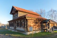 Suzdal Ryssland - November 06, 2015 Hus med mezzaninemuseumträarkitektur Royaltyfri Fotografi