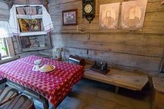 Suzdal Ryssland - November 06, 2015 inre av bondehus i museumträarkitektur Royaltyfria Foton
