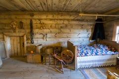 Suzdal Ryssland - November 06, 2015 inre av bondehus i museumträarkitektur Fotografering för Bildbyråer