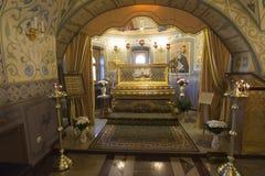 SUZDAL RYSSLAND - 06 11 2015 Relikerna av St Arseny Elassonsky i kyrkan av antagandet guld- cirkel Royaltyfria Foton